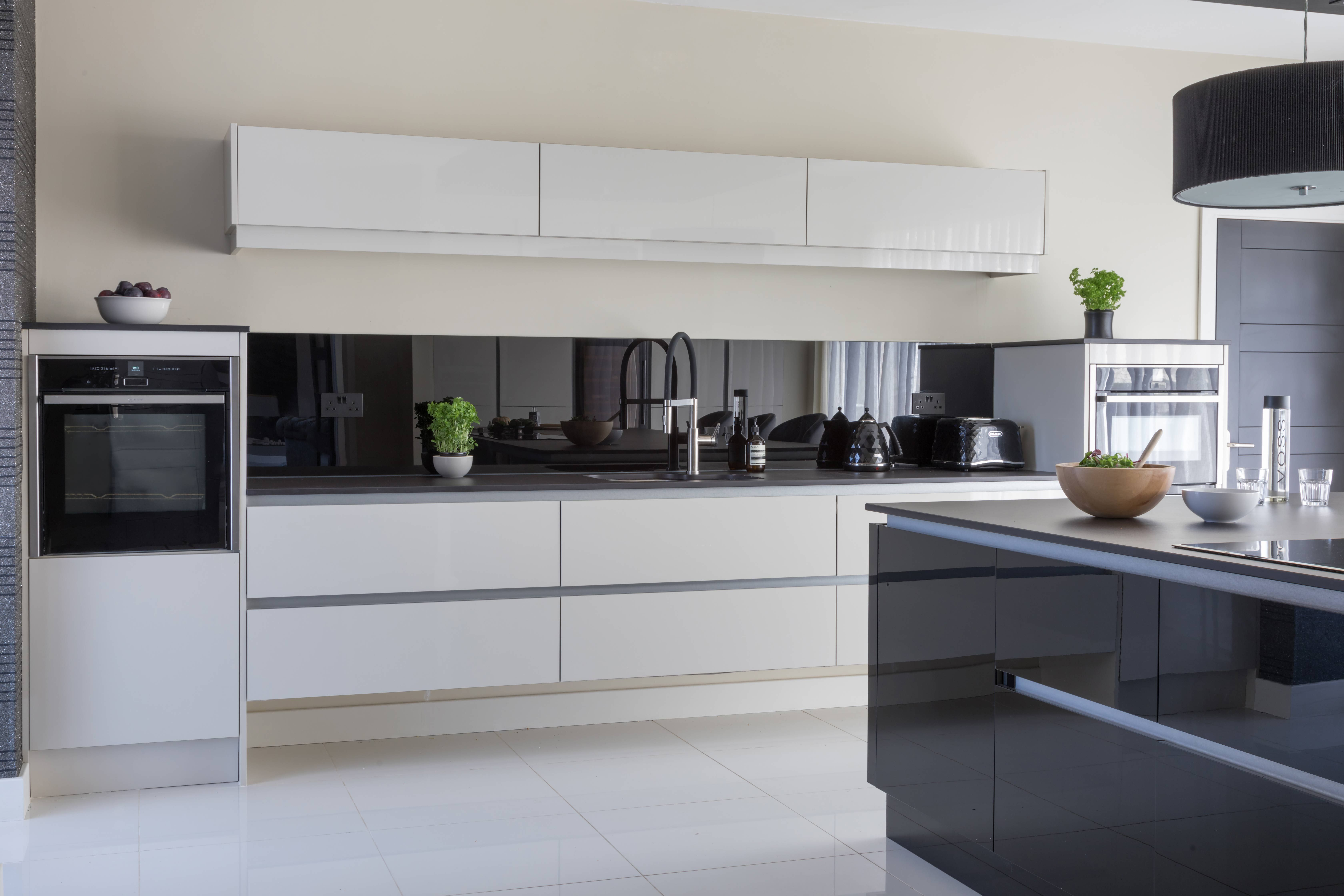 This Is Modern Sleek Kitchen Design The Mixture Of White Black And Dark Grey In A Gloss Finish Adds Sleek Kitchen Design Sleek Kitchen Kitchen Inspirations