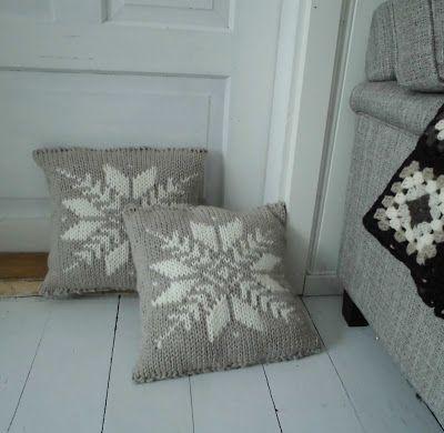 Hjem kjære hjem: Strikkeputer i beige og hvitt.