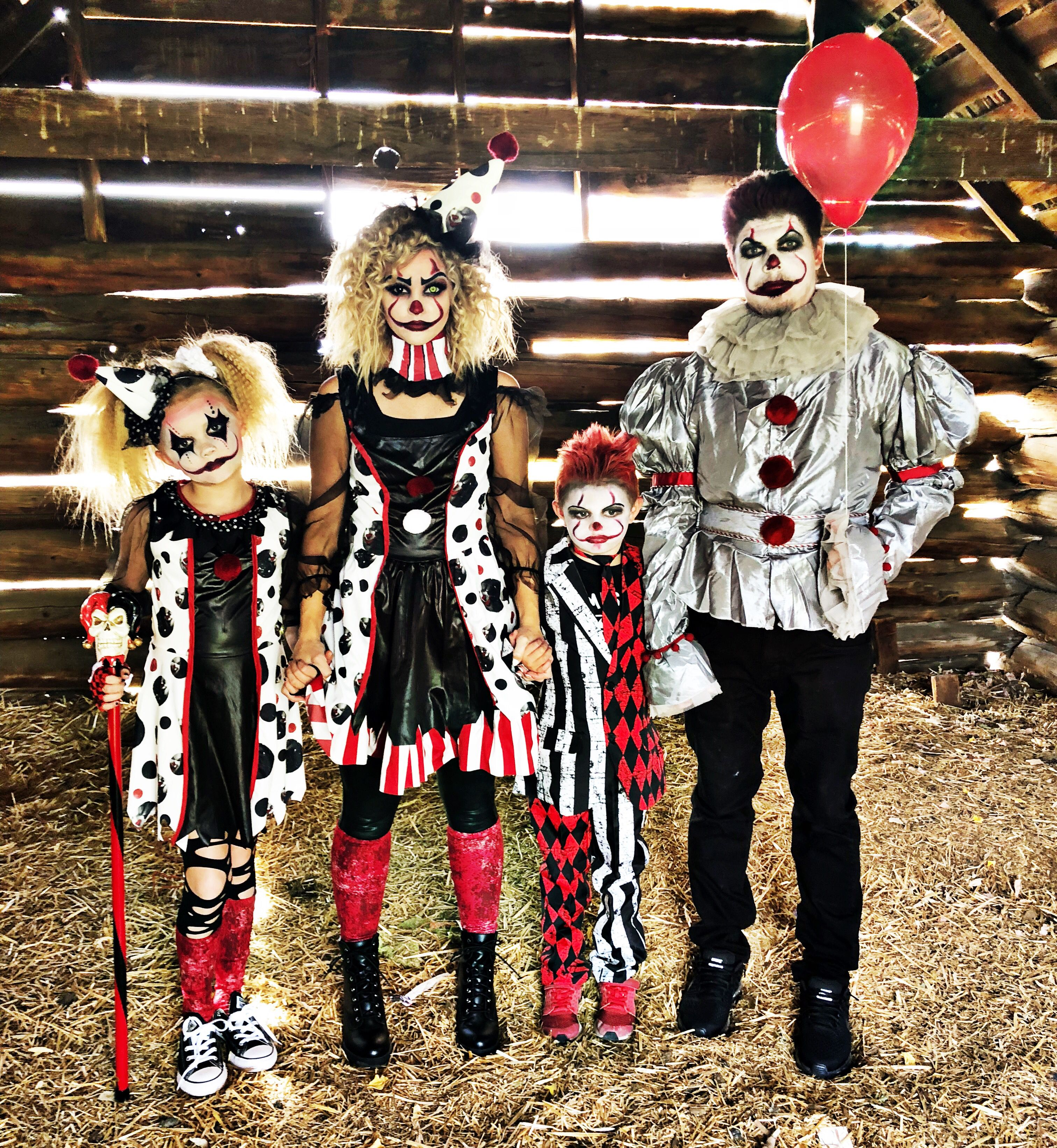 The creepy clowns 🤡 Family halloween costumes, Scary