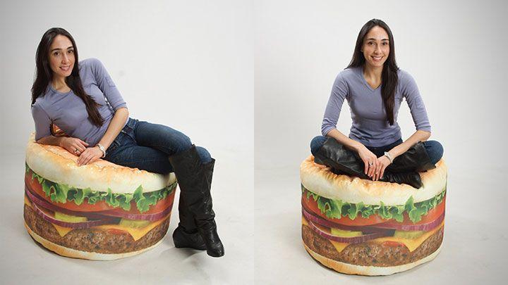 Ni sillón de Ikea ni leches, a mí dame ponme un puf con forma de hamburguesa que mola más.  A parte de que lo parte, si vives en un piso de medidas reducidas te será bastante útil tener este puf rodando por casa para poder sentarte en cualquier sitio.