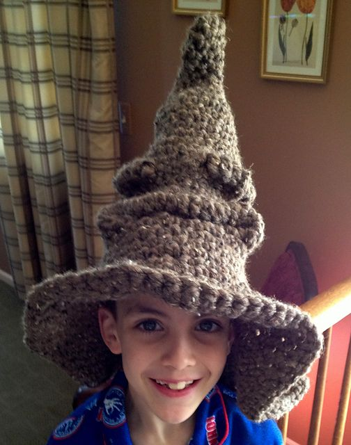 Free pattern for making a quick and easy Harry Potter Sorting Hat! Uses  double strands of worsted or one strand of chenille 3114759287c