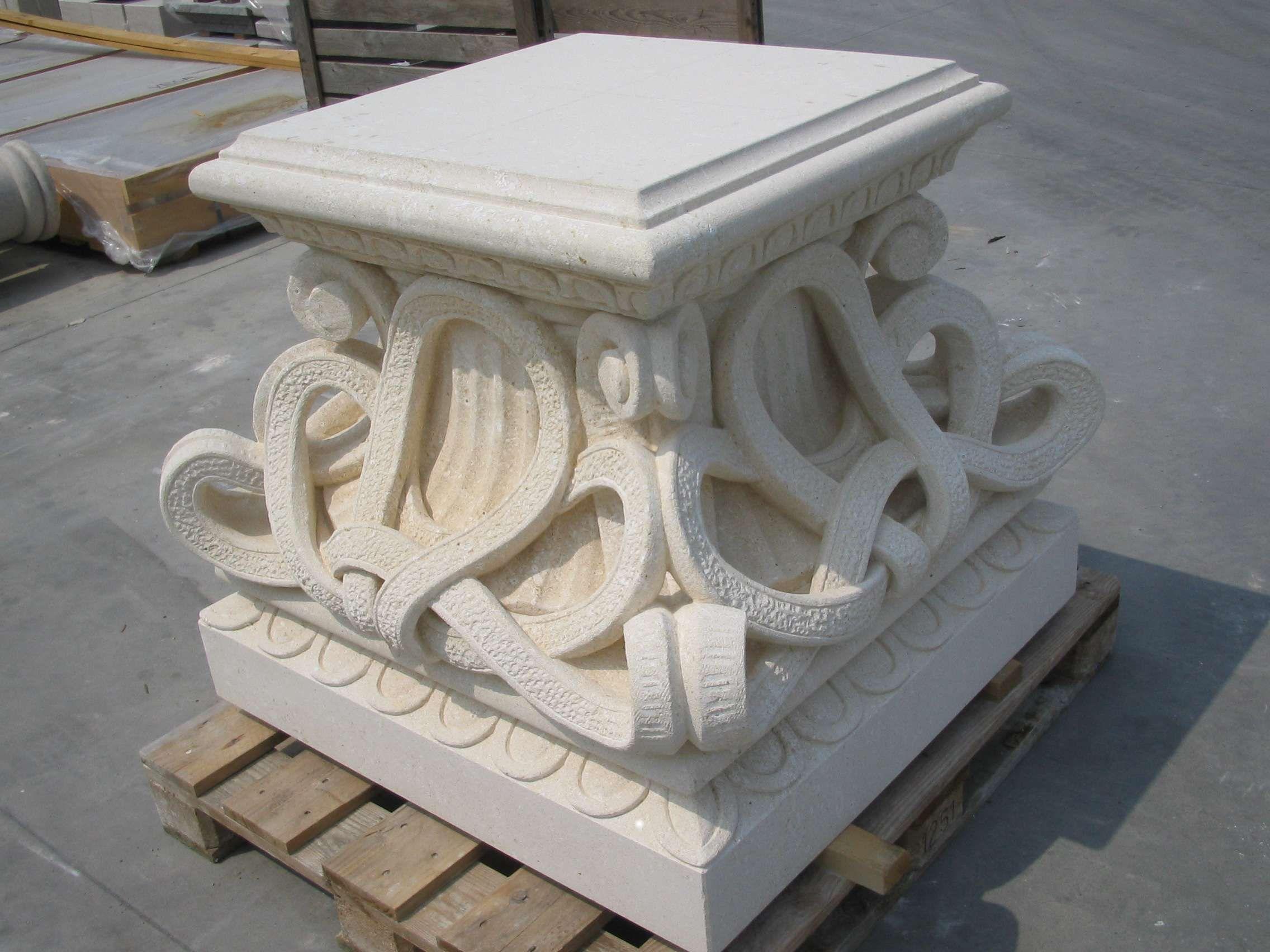 Basis aus Stein - http://www.achillegrassi.com/de/project/basamento-pietra/ - Dekorierte Basis aus weißem Stein von Vicenza Maße:  100cm x 100cm x 85cm (H)