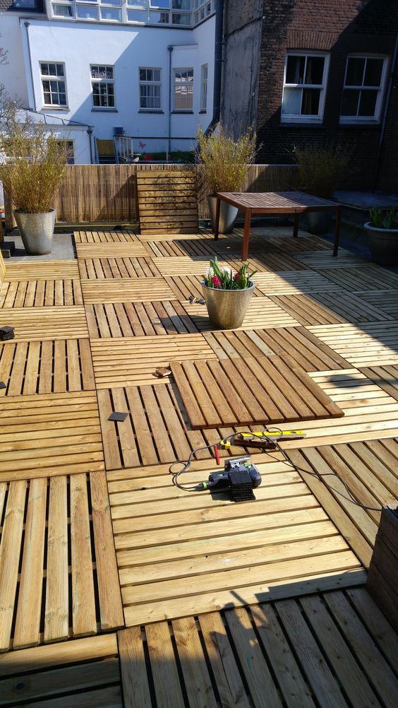 Easy to Build Wood Pallet Flooring at No Cost Terrazas, Palets y Pisos - terrazas con palets