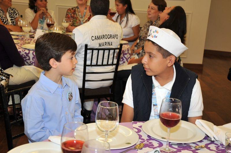 El gobernador Javier Duarte de Ochoa, la señora Karime Macías de Duarte y sus hijos Javier y Carolina reconocieron el talento y creatividad de los niños ganadores del XXXV Concurso Nacional de Pintura Infantil El Niño y la Mar, con quienes convivieron este lunes.