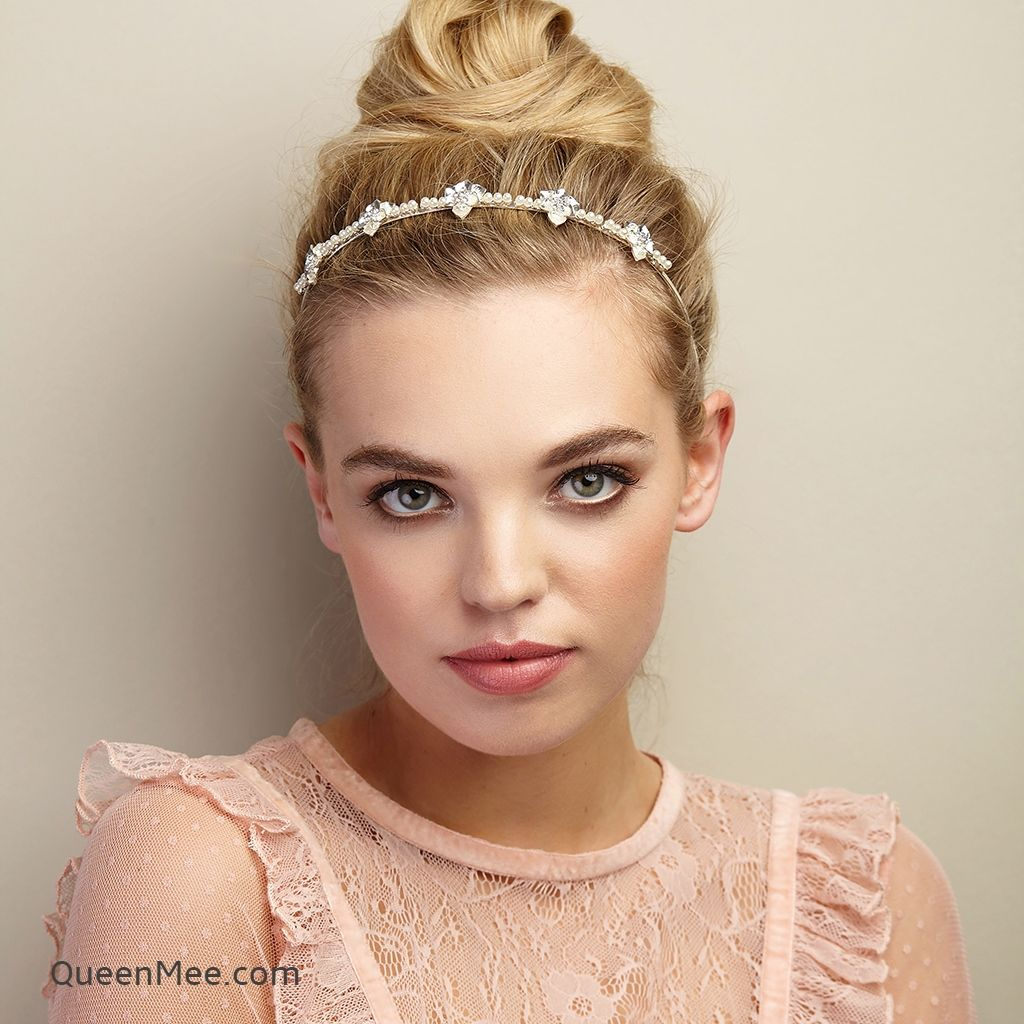Pearl Hair Accessories Are A Classic Choice For Wedding Hair But It Doesn T Only Have To Be For The Br Wedding Guest Hairstyles Guest Hair Wedding Hair Pieces