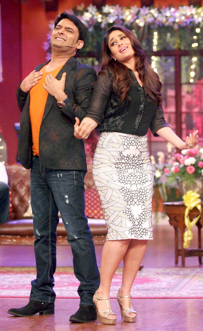 Ajay Kareena Have A Blast On Comedy Nights With Kapil Bollywood Outfits Bollywood Fashion Beautiful Bollywood Actress