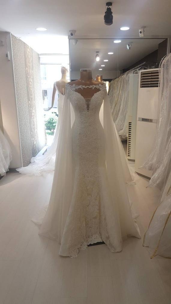 Berta Braut inspiriert Meerjungfrau Brautkleid mit abnehmbaren Mantel. Trompete Brautkleid. Meerjungfrau Brautkleid.