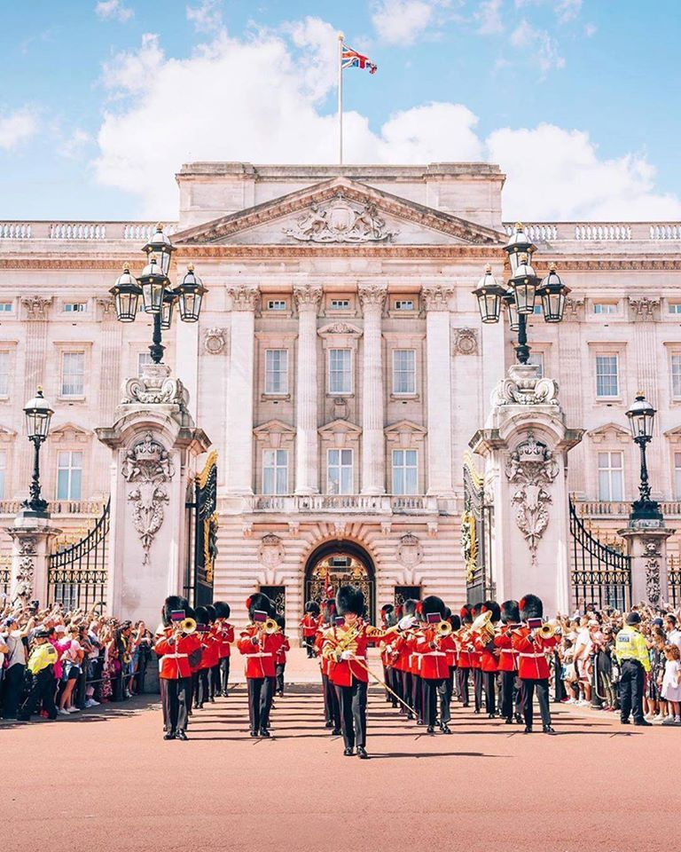 Countdown to Christmas Day 11.   An adventure over the Pond to visit England's Royal Family on a guided CIE Tours of London is a great thing to put on your Christmas List to Santa Clause.  You can visit Westminster Abbey, Windsor Castle and Kensington - and maybe the Queen will even have you in for tea???    #travelonadream #CountdowntoChristmas #ToaD #adventureawaits #CIETours  📷: @ photobohemian