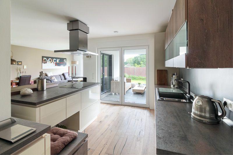 Offene Küche mit Zugang zur Terrasse in einem modernen