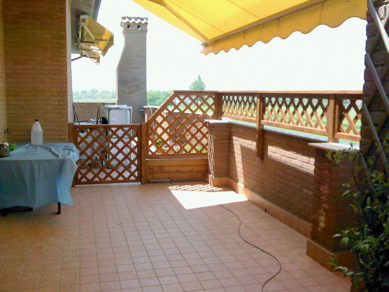 Recinzione divisoria con pannelli grigliati in legno su terrazzo ...