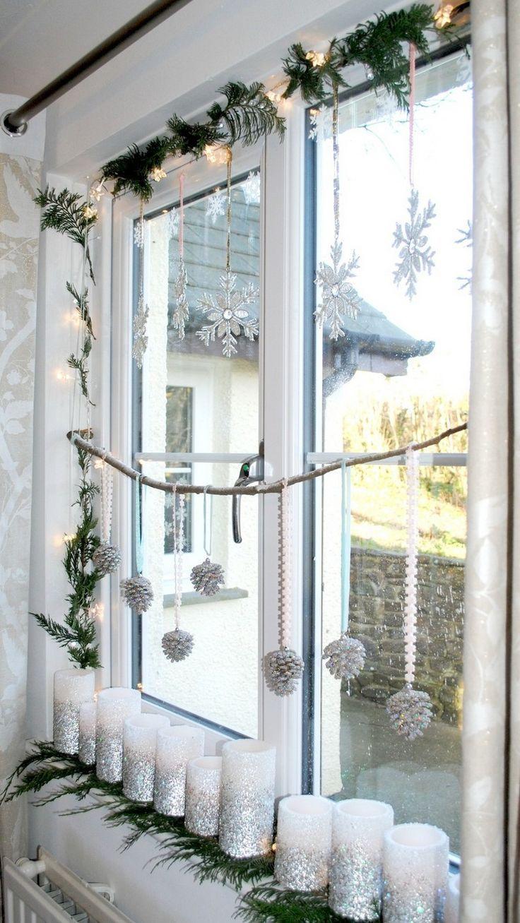 fensterbank deko innen-weihnachten-weisse-stumpenkerzen-silberner-glitzer-lichterkette-tannenzapfen #weihnachtsdekodiyfenster