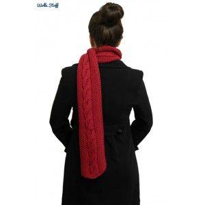 Who said winter can not be colorful? This deep red scarf begs to differ! Wer sagt, dass der Winter nicht bunt sein kann? Dieser dunkelrote Schal beweist, das dem nicht so ist. www.wolle-stoff.com