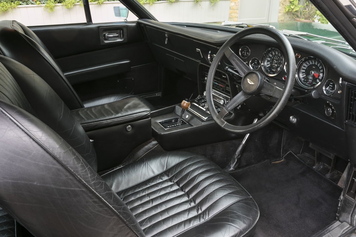 Aston Martin V8 Series III (1974)  (Weber Carburetors)