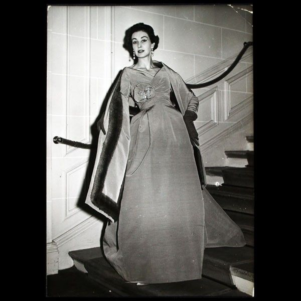Christian Dior - Robe du soir Natier et son étole bordée de vison ... f08f46c09df