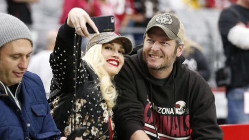 Gwen Stefani posts Christmas pic with Blake Shelton on Twitter... #BlakeShelton: Gwen Stefani posts Christmas pic with Blake… #BlakeShelton