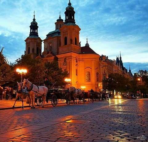 Vista de la plaza del barrio viejo y la iglesia de San Nicolás en Praga, República Checa.