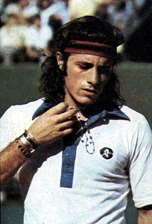 Este trata de Guillermo Vilas Argentina. Vilas es un tenista profesional retirado que ocupó el número 1 en 1977 y ganó el título en el torneo de Grand Slam. El juega tenis frecuentemente.
