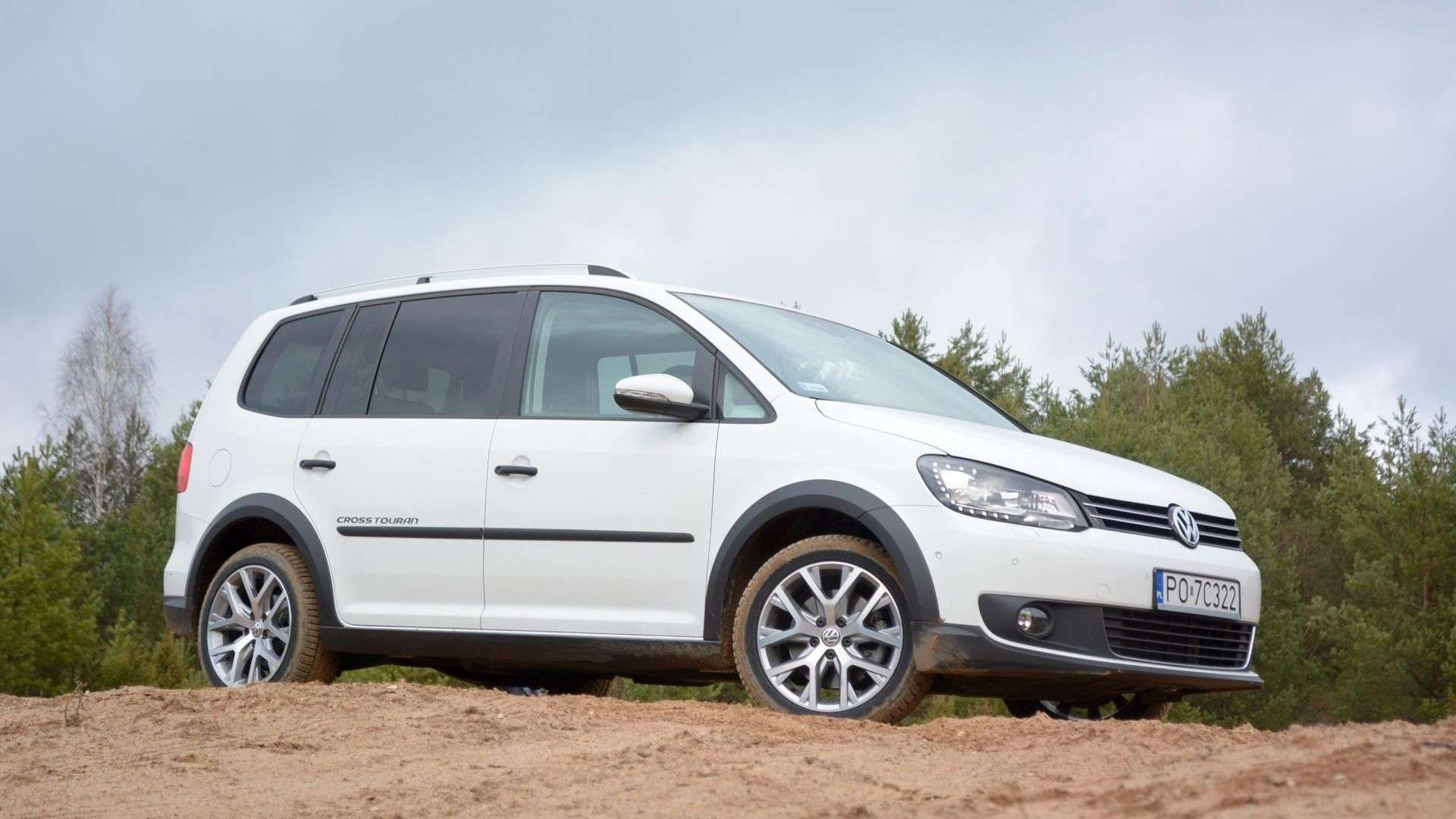 Volkswagen Cross Touran z rodziną za miasto Voiture