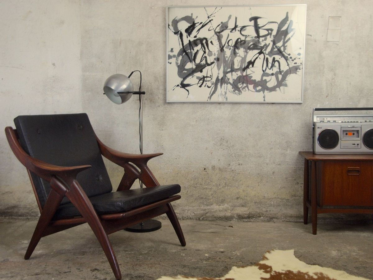 Organiscg gevormde teakhouten fauteuil met losse zwart lederen