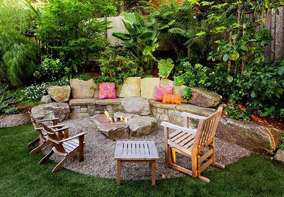 Naturliche Und Behagliche Sitzecken Im Garten Gestalten Mit Diy Aussenkamin Aus Steinen Gartensitzplatz Sitzecken Garten Feuerstelle Garten