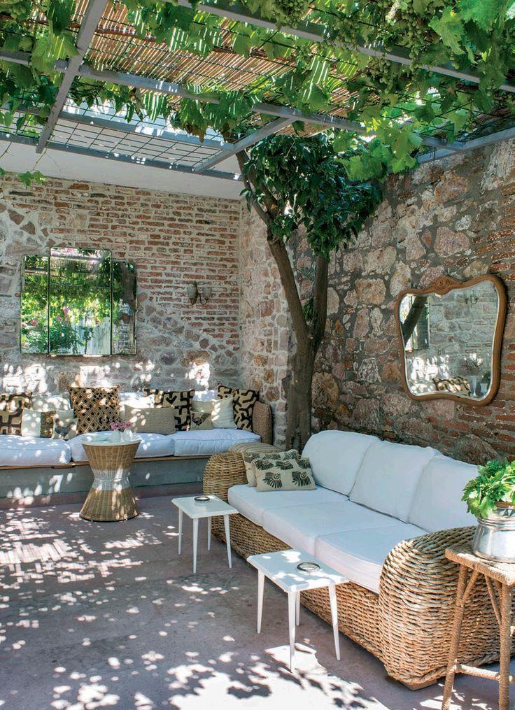 groß Innenhof mit Pergola aus Segeltuch, Bambus und Weinreben für einen gefilt…