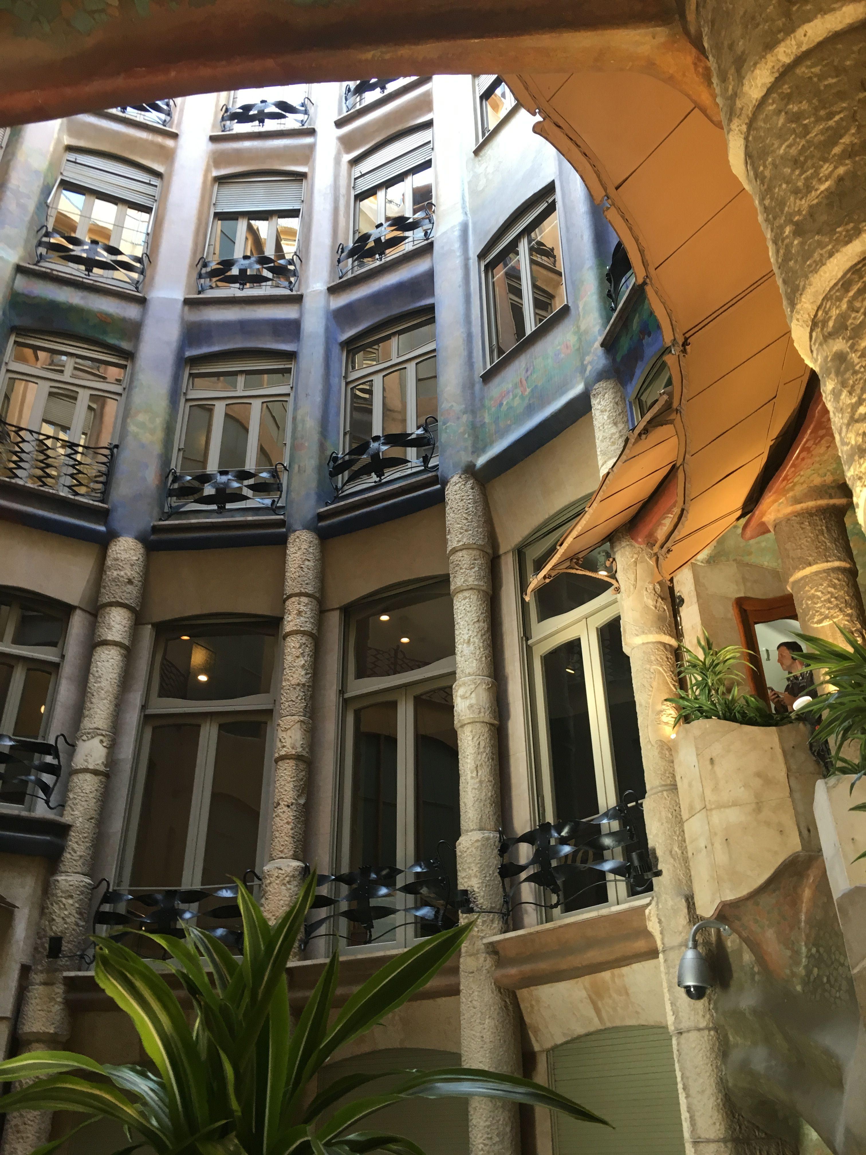 Casa Milà (La Pedrera) última obra civil del artista antes de la Sagrada Familia. Lo más increible de este edificio es su imponente fachada (192 ventanas) con barandillas de forja todas distintas y su azotea con sus interesante y famosas chimeneas. La superfie cuadriplicaba la de la casa Batlló. El mote de La Pedrera, lo recibe por su fachada de piedra.