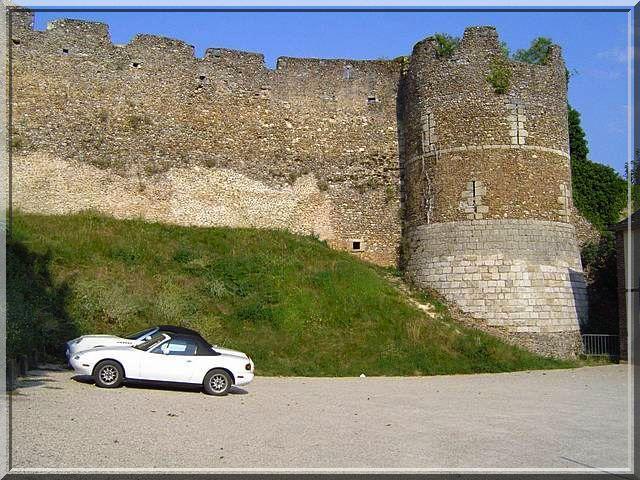 Il y a plusieurs, siècles, la magnifique tour de Château Renard regardait le pas alerte des destriers guidés par de solides chevaliers..... Au 21ème siècle, les chevaux-vapeurs sont plus bruyants (et polluants). Ils troublent la quiétude de cet ancêtre de 700 ans.