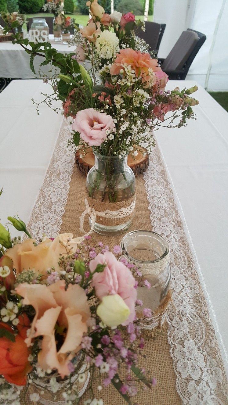 Vintage Tischdeko Mit Jutelaufer Verzierten Glaschen Und