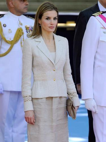 Doña Letizia tiene estos días todos los focos sobre ella. La prensa internacional insiste en compararla con Kate Middleton por su procedencia y elegancia.