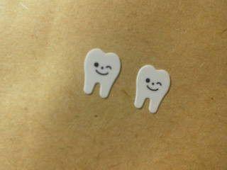 イラスト歯のピアスです。紙・プラ板・シリコン製でアレルギーの方にも使っていただけるように金属を使用していません。購入前にメッセージをいただければノンホール樹脂... ハンドメイド、手作り、手仕事品の通販・販売・購入ならCreema。