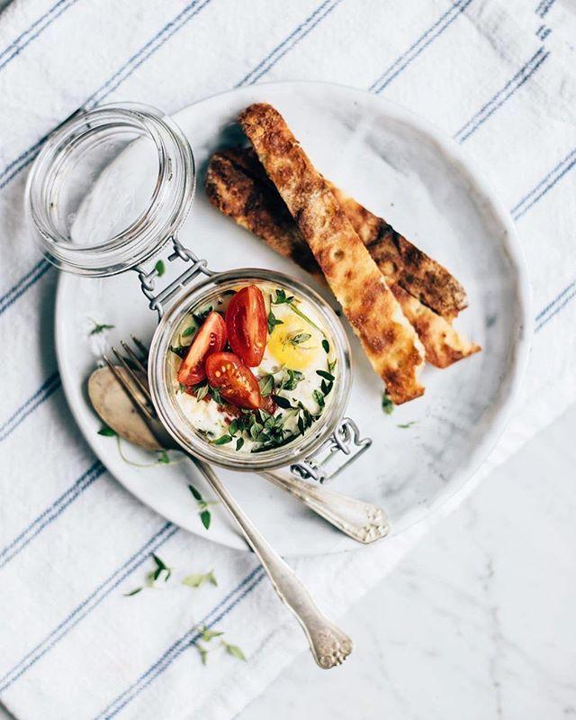 Huomisen itsenäisyyspäivän aamiainen voisi näyttää vaikka tältä 💫 kananmunat uunissa yrteillä, pinaatilla ja kirsikkatomaateilla. Ihana ekstra vapaapäivä ☺️❤️ #puhtaastikotimainen #aamiainen #breakfast #kirsikkatomaatti #cherrytomato #herbs #yrtit | SnapWidget