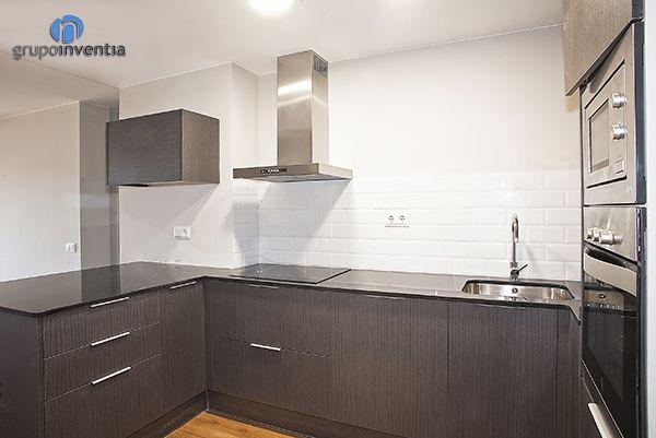 La #cocina cuenta con todos los electrodomésticos necesarios para ofrecer las mejores prestaciones. Además, dispone de amplia capacidad de #almacenaje. #kitchen #bcn