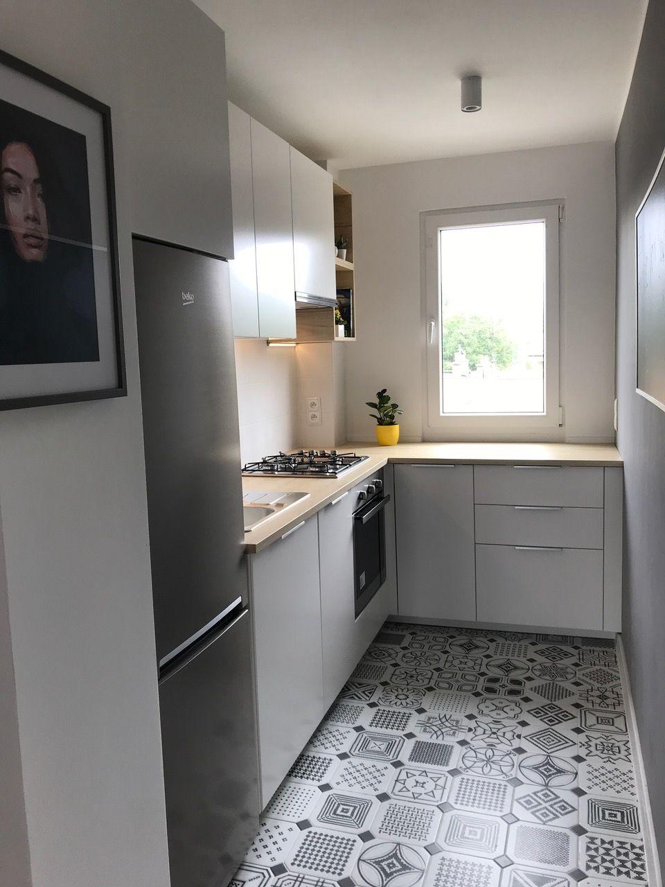 Kuchnia Ikea Metod Z Bialymi Frontami Veddinge I Uchwytami Blankett Small Apartment Kitchen Ikea Metod Kitchen Home Kitchens