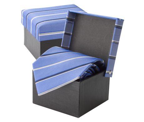 Luxusná hodvábna kravata André Philippe v modrej pruhovanej farbe. Kravata je v darčekovej krabičke v rovnakom štýle ako kravata. Dodajte svojmu outfitu nový vzhľad a originalitu a doplňte Vašu kolekciu týmto luxusným doplnkom. Rozjasnite svoj nudný oblek kravatou z hodvábu značky André Philippe a buďte štýlový. http://www.luxusne-doplnky.eu