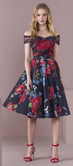 A combinação das flores com as cores escuras deixam o look forte e feminino ao mesmo tempo.