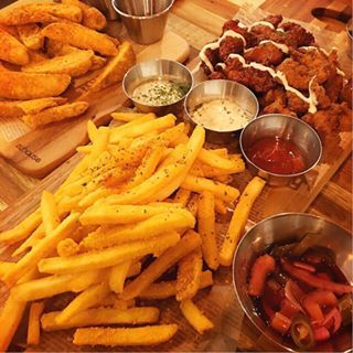 Cheesy chips & fried chicken! 😋 #latenightsnack #gainingweightdaybyday #shouldstopnot #nonstopeating #juicychicken #cheesychips #hanabi #sydneyeats #foodstagram #cheesepowder 🧀
