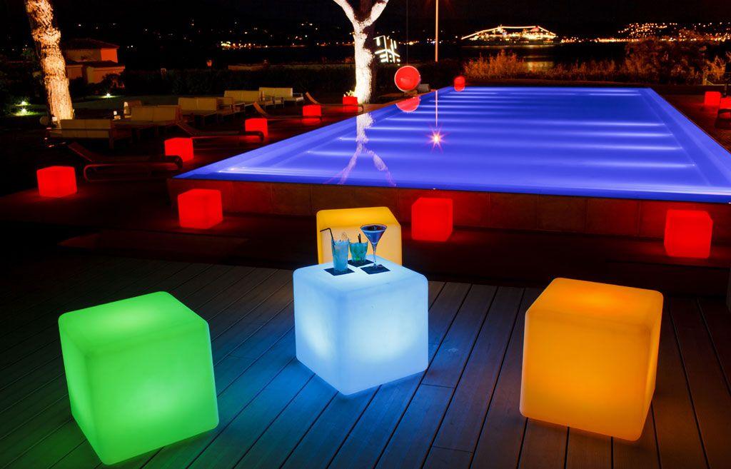Nesta rea de lazer o destaque fica por conta das for Luminarias para piscinas