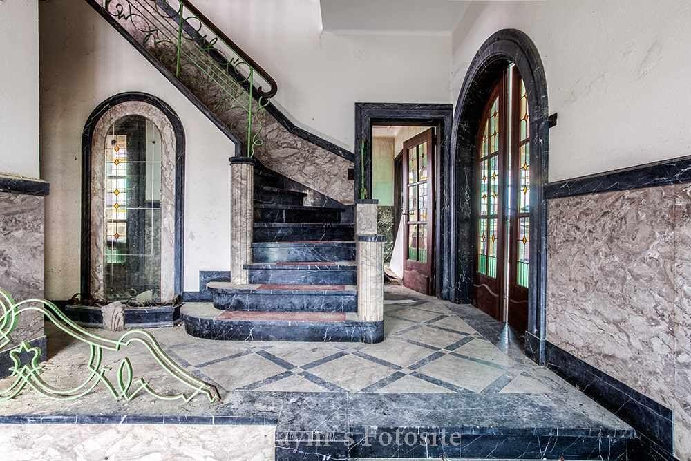 Villa steen urbex maison urban exploration verlaten huis belgi mooie trap glas in lood - Trap binnen villa ...
