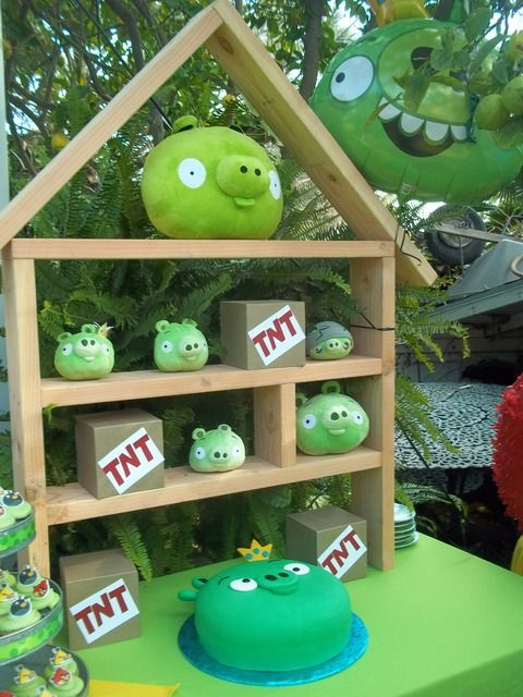 Angry Birds Decor-cute party idea. Sean is sooo getting this made for his party!