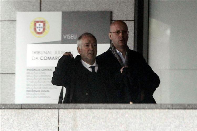 O Tribunal de Viseu condenou esta quinta-feira a cinco anos de prisão com pena suspensa o ex-bancário Alberto Vieira, de 46 anos, por ter ficado com mais de 600 mil euros de clientes.