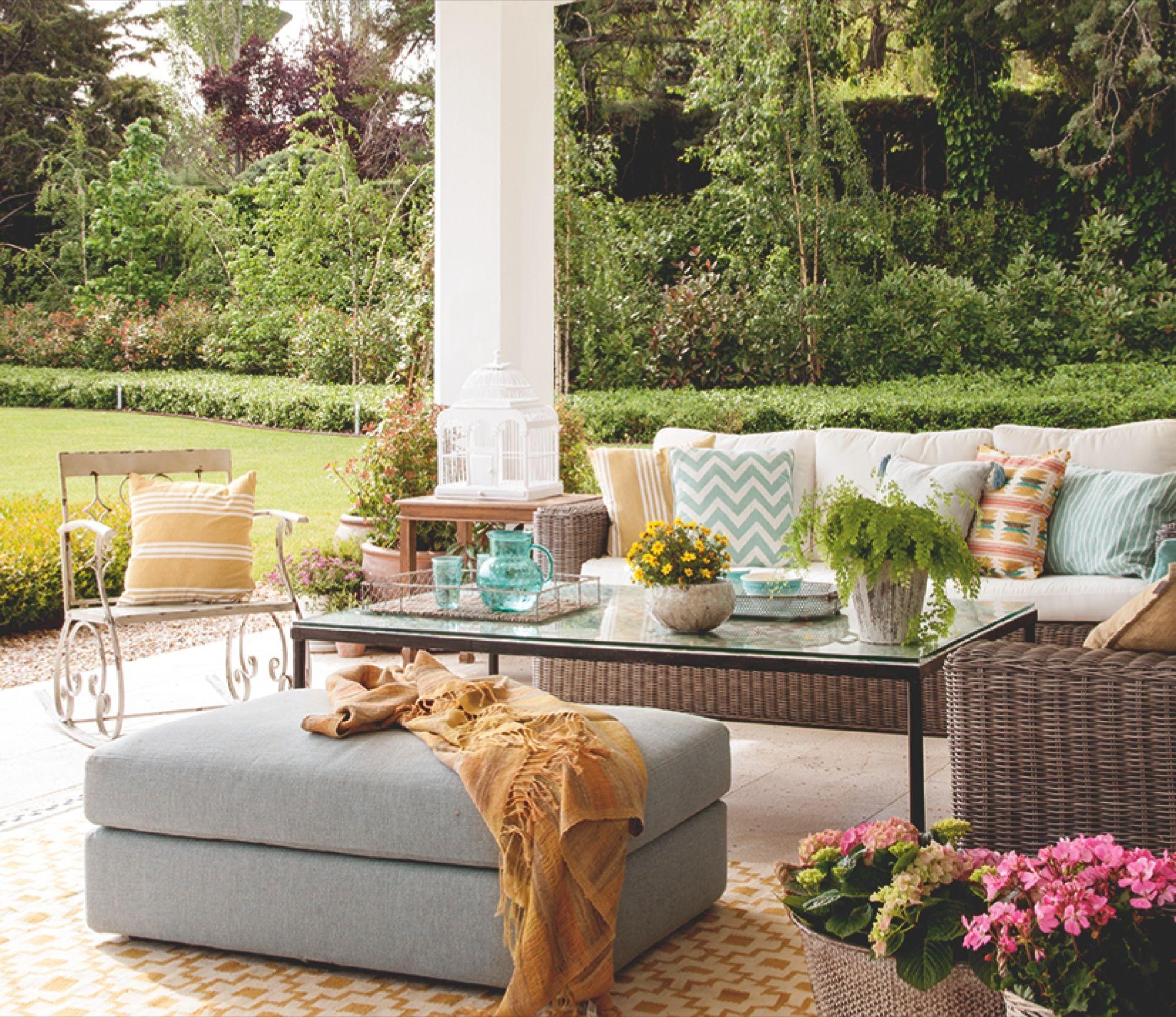 Zona de relax en el porche con sof butaca y puf sof for Cojines jardin ikea