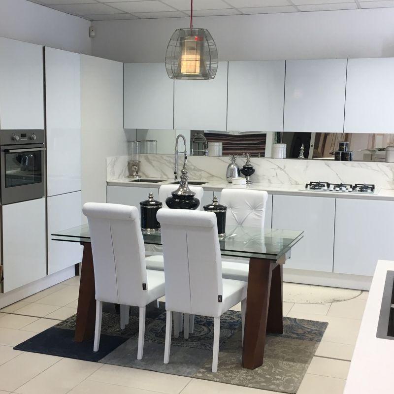 Cucina in vetro bianco lucido, montata su telaio in alluminio ...