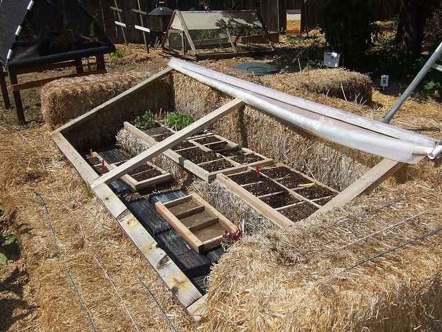 cold frame built with bales of straw jardinage potager jardinage et jardins. Black Bedroom Furniture Sets. Home Design Ideas