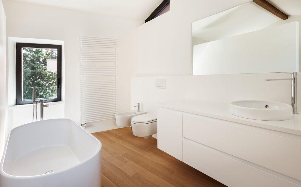 Sanitair Van Hout : Tijdloze badkamer witte muren wit sanitair en de vloer met hout