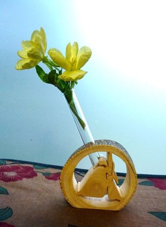 宵待草(コマツヨイグサ)を月兎の一輪挿しに活けました。 ブログ「ハーブ&クラフト七曜工房」よりhttp://nanayoukoubou.blog69.fc2.com/