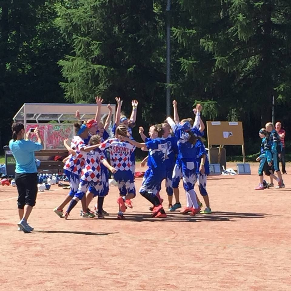 Poikien lisäksi myös Roihun D-tytöt viettivät voittopuolisen viikon Jyväskylän suurleirillä pelisarjaa pelaten. Maanantaista lauantaihin pelattiin 11 ottelua, joista voitettiin 9. Tappiot tulivat vain Jalasjärven ja Oulaisten koville joukkueille.  >> https://www.facebook.com/malle.taar/posts/10204890369119155