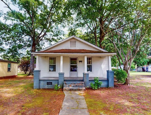 C 1925 811 Sq Ft Move In Ready Bungalow In Selma Nc 72 900 Tiny House Calling Tinyhouse Tinyhome Bungalows In 2020 Tiny House House Call Bungalow