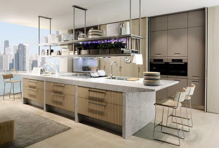 Cuisine tendance rangement suspendu îlot marbre blanc