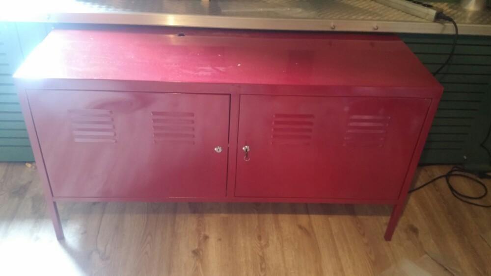 Ijzeren Kast Ikea : Rood stalen kastje made by ikea zit gat in aan boven kant voor