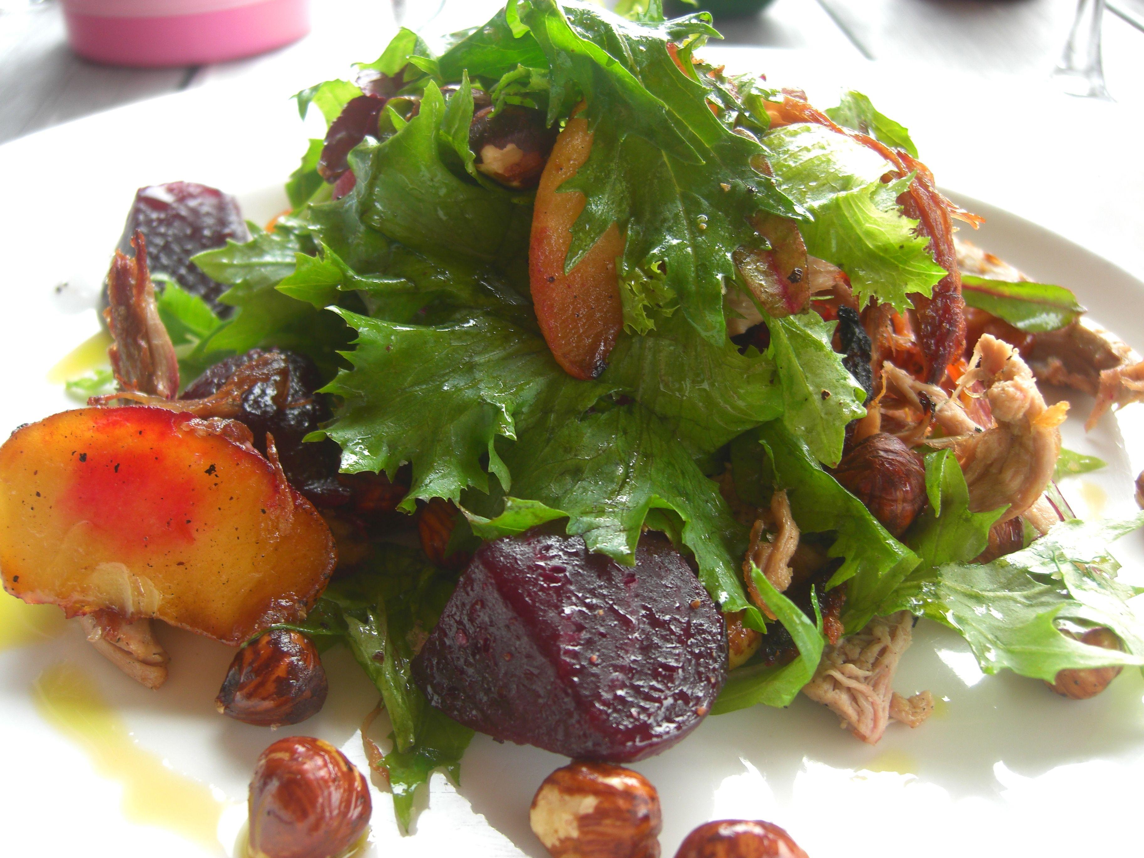 Salada de folhas com beterraba,  nuts e frutas no blog do mel ao dendê